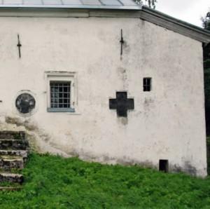 кресты в стенах храма