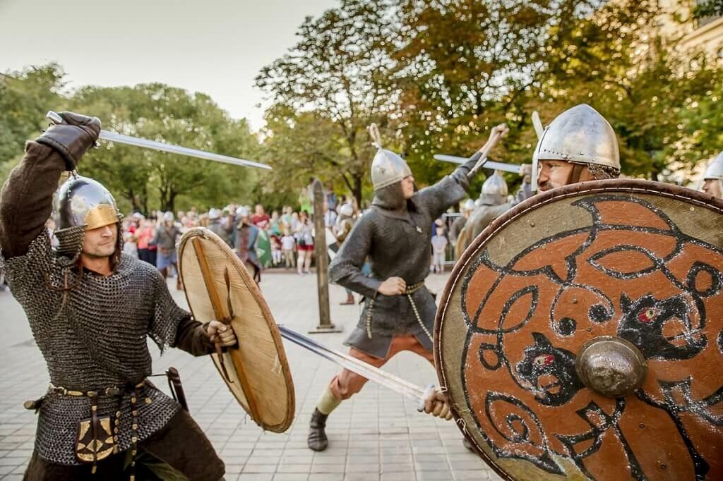 рыцари дерутся на мечах на фестивале исторических реконструкций