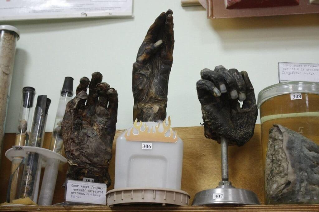 Руки курильщиков в музее греха тамбов