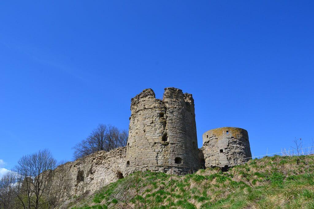 вид на башни крепости копорье