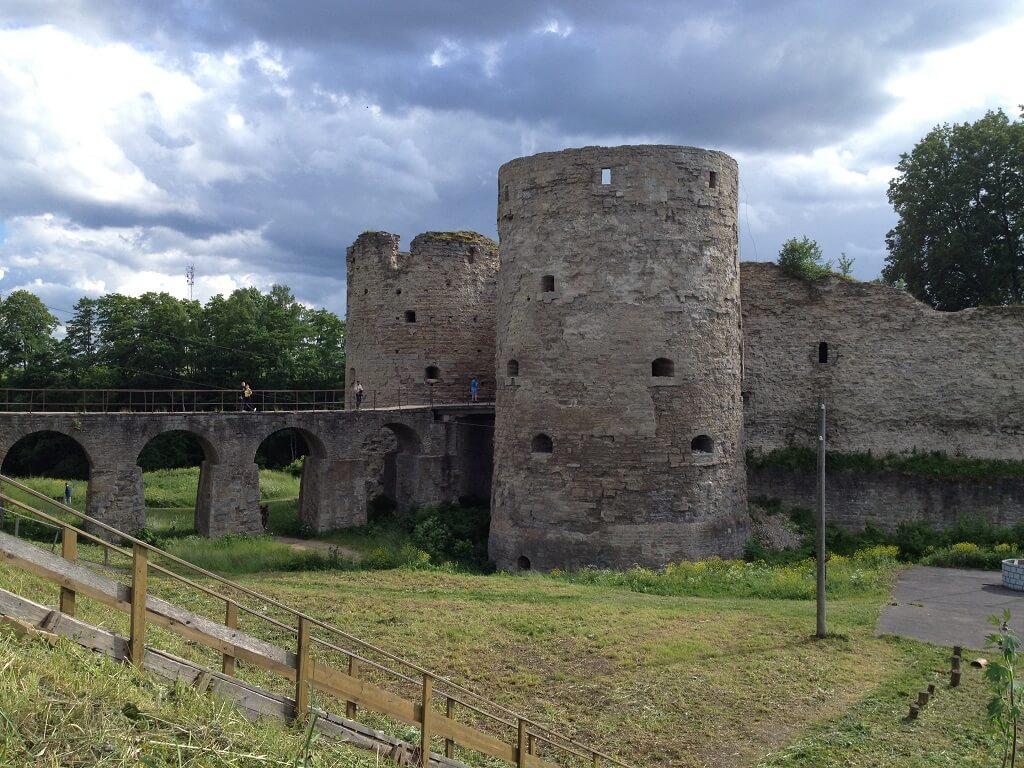 Каменный мост к крепости копорье