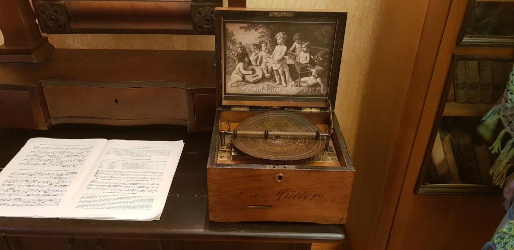 старинная музыкальная шкатулка в музее в усадьбе танеевых