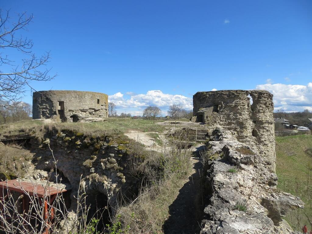 остатки усыпальницы Зиновьевых в крепости копорье