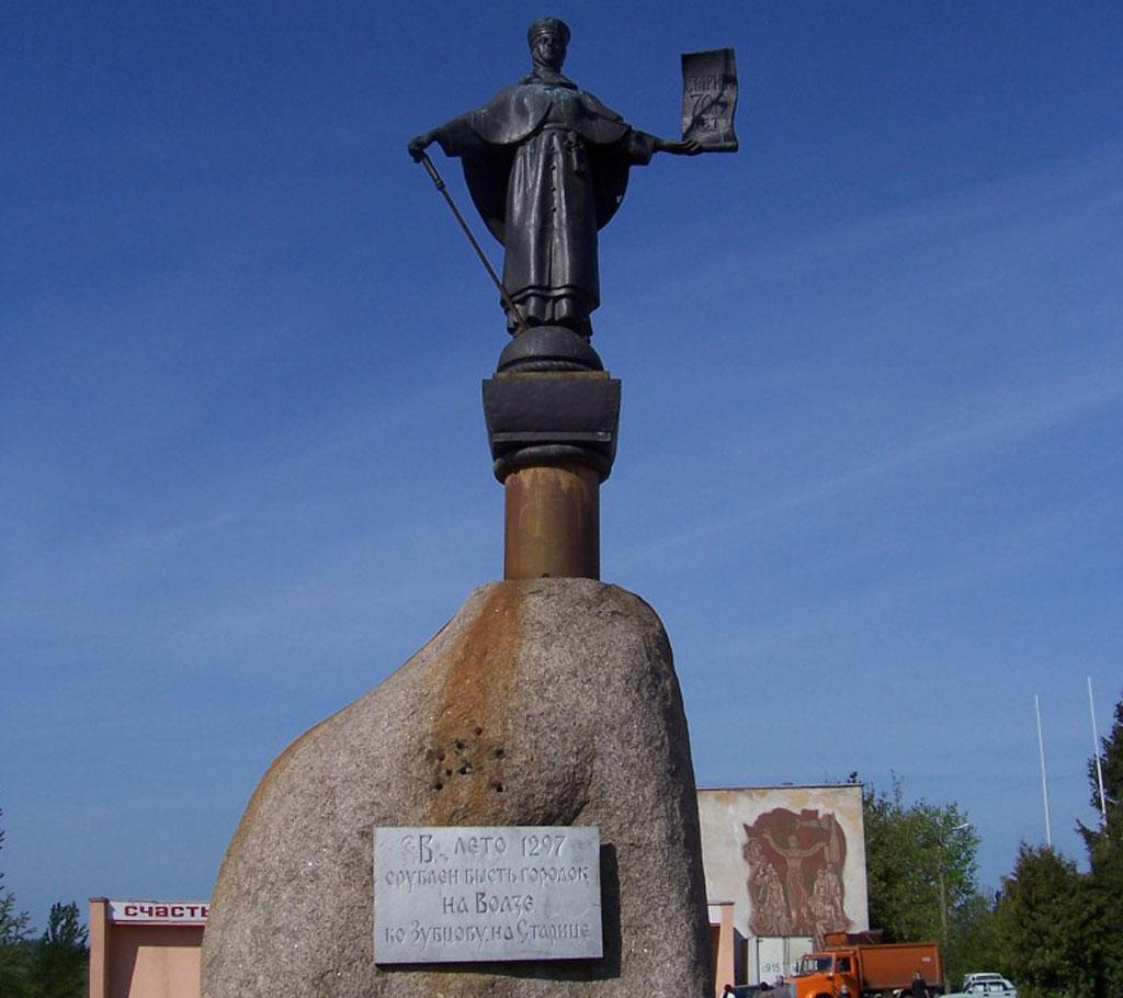 памятник и табличка об основании города старица