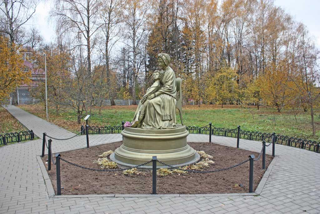 памятник бабушки и пушкину в захарово