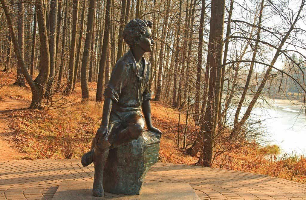 памятник пушкину в детстве усадьба захарово